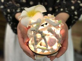 サンゴと海のガラスを使ったランプ
